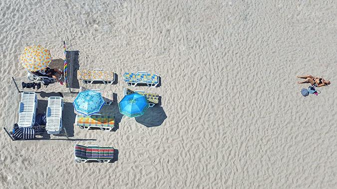 Можно ли загореть под зонтом на пляже