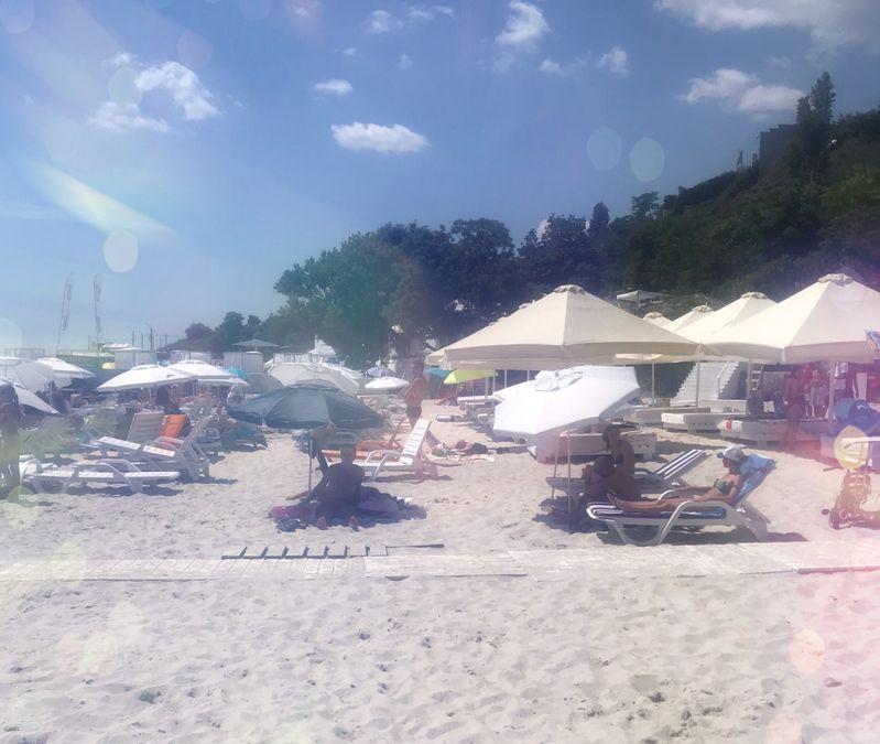 Сколько стоит шезлонг и зонтик на пляже в Одессе